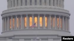 ທຸງຊາດສະຫະລັດ ອາເມຣິກາ ພັດປິວ ຢູ່ດ້ານນອກລັດຖະສະພາ ຫຼືທີ່ເອີ້ນວ່າ U.S. Capitol ໃນນະຄອນຫຼວງ ວໍຊິງຕັນ, ວັນທີ 6 ພະຈິກ 2018.