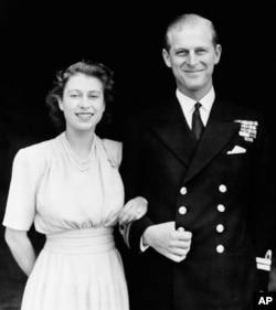 Ảnh chụp ngày 10/7/1947 Công chúa Elizabeth và chồng sắp cưới, Thiếu úy Philip Mountbatten ở London. (AP..