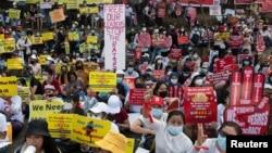 Biểu tình ngồi chống đảo chính quân sự tại bên ngoài tòa đại sứ Hoa Kỳ tại Yangon, Myanmar, 16 tháng Hai.