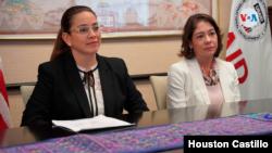 De izquierda a derecha Berta Valle, esposa de Félix Maradiaga y Victoria Cárdenas, esposa de Juan Sebastián Chamorro. [Foto: Cortesía].