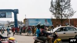 Seorang penumpang mengendarai ojek di Kigali, Rwanda, 30 Juli 2017.