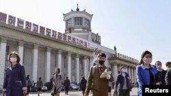 북한 평양역에서 행인들이 신종 코로나바이러스 감염을 막기 위해 마스크를 쓰고 있다.