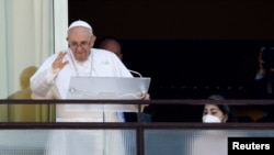 Papa Francisco preside a oração do Angelus da varando do hospital Gemelli hospital, enquanto recupera da operação ao cólon, Roma, Itália, 11 de Julho, 2021. REUTERS/Guglielmo Mangiapane