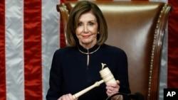 ប្រធានរដ្ឋសភាសហរដ្ឋអាមេរិកលោកស្រី Nancy Pelosi ញញឹមនៅពេលលោកស្រីកាន់ញញួរឈើ នៅពេលរដ្ឋសភាបោះឆ្នោតលើមាត្រាស្ដីពីការចោទប្រកាន់ដកតំណែងលោកប្រធានាធិបតី ដូណាល់ ត្រាំ កាលពីថ្ងៃទី១៨ ធ្នូ ២០១៩។