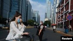 중국 베이징의 상업지구에서 시민들이 신종 코로나바이러스 감염증(COVID-19)를 막기 위해 마스크를 착용하고 있다.