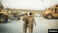 ایک امریکی فوجی افغان مترجم کے ساتھ مشن پر موجود ہے (فائل فوٹو: 2014، رائٹرز)