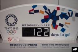 Olimpiada boshlanishiga necha kun qolganini ko'rsatib turuvchi tablo, Tokio, Yaponiya, 2020-yil, 24-mart.