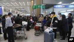 신종 코로나바이러스 감염증(코로나19)과 관련한 이스라엘의 입국 금지로 조기 귀국길에 오른 한국인 관광객들이 25일 인천국제공항에 도착했다.