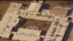 从校园枪击惨案上空拍摄的电视画面