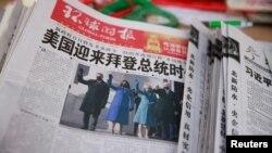 Una copia del diario Global Times muestra al presidente Joe Biden y la vicepresidenta Kamala Harris en su portada del 21 de enero en Beijing. [Reuters]