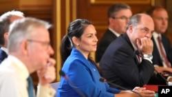 برطانیہ کی وزیر داخلہ پریتی پٹیل ایک کانفرنس میں گفتگو کر رہی ہیں۔ فائل فوٹو