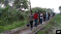 Rombongan migran Amerika tengah melewati jalan kereta api di Palenque, Chiapas, Meksiko untuk menuju ke AS.