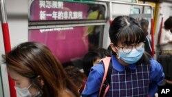 Para penumpang kereta api bawah tanah di Hong Kong, mengenakan masker sebagai tindakan preventif menghadapi virus corona yang disinyalir mulai merebak di China, 7 Januari 2020.