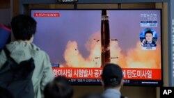 Ljudi gledaju TV program i izveštaj o severnokorejskom probnom lansiranju rakete u Seulu, u Južnoj Koreji, 15. septembra 2021. (Foto: AP)