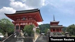일본 교토부의 유명 사원 '기요미즈데라' 입구