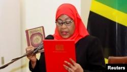 FILE PHOTO: Tanzania's President Samia Suluhu Hassan takes oath of office in Dar es Salaam, Tanzania March 19, 2021.(REUTERS/Stringer/File Photo)