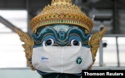 تھائی لینڈ کے ایک معروف مجسمے کو ماسک پہنا دیا گیا ہے۔ فائل فوٹو