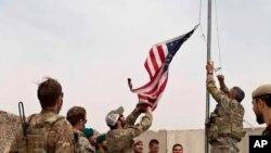 지난 2일 아프가니스탄 헬만드주에 있는 미국 기지 캠프 안토닉의 통제권이 아프간군에게 양도되는 가운데 미군이 성조기를 내리고 있다.