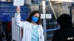 Dr. Maria Ansari memberi instruksi warga San Francisco yang antre untuk menerima vaksinasi COVID-19 (foto: dok).