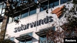 ໂລໂກບໍລິສັດ SolarWinds ຕິດຢູ່ນອກສຳນັກງານໃຫຍ່ຂອງເຂົາເຈົ້າໃນເມືອງ ອອສຕິນ, ລັດ ເທັກຊັສ. 18 ທັນວາ, 2020.