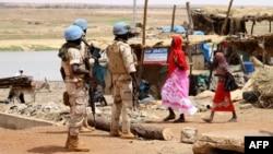 Prajurit Senegal bagian dari misi perdamai PBB di Mali (MINUSMA) berpatroli di jalan-jalan di Gao setelah serangan bom bunuh diri, 24 Juli 2019.