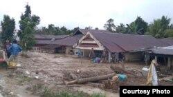 Kondisi rumah-rumah penduduk yang tertimbun lumpur di desa Radda, Kecamatan Baebunta, Luwu Utara, Sulawesi Selatan (16/7). (Foto: Zwaib Leibe/SAR Mapala Muhammadiyah Indonesia)