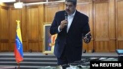Presiden Venezuela Nicolas Maduro menunjukkan peralatan militer dalam pertemuan dengan angkatan bersenjata dengan Angkatan Bersenjata Bolivia di Istana Miraflores di Caracas, Venezuela, 4 Mei 2020.