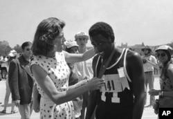 유니스 케네디 슈라이버 여사가 지난 1972년 미국 캘리포니아주 로스엔젤레스에서 열린 국제스페셜올림픽에서 육상경기에서 우승한 아도니스 브라운 선수에게 금메달을 수여하고 있다.
