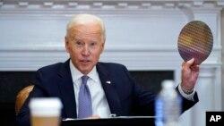 """""""拜登星期一(4月12日)在白宮羅斯福廳與美國大企業領袖舉行視頻會議期間。"""