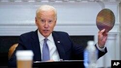 រូបឯកសារ៖ ប្រធានាធិបតីសហរដ្ឋអាមេរិក លោក Joe Biden ចូលរួមក្នុងកិច្ចប្រជុំអនឡាញមួយស្ដីពីការផ្គត់ផ្គង់ Semiconductor នៅសេតវិមាន ថ្ងៃទី១២ ខែមេសា ឆ្នាំ២០២១។