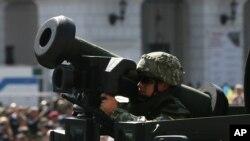 지난 2018년 8월 우크라이나 키예프에서 열린 독립기념일 열병식에서 미국산 재블린 대전차미사일로 무장한 군인.
