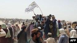 اهتزاز پرچم طالبان در مرز افغانستان و پاکستان