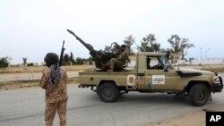 Pasukan pemerintah Tripoli saat kontak senjata dengan pasukan pimpinan Khalifa Haftar di selatan Ibu Kota Libya, Tripoli, 21 Mei 2019.