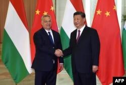 """匈牙利總理歐爾班與中國國家主席習近平在北京召開的""""一帶一路""""高峰論壇期間握手。(2019年4月25日)"""