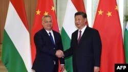 """匈牙利總理奧爾班(左)在北京第二屆""""一帶一路""""高峰論壇期間與中國國家主席習近平握手。(2019年4月25日)"""