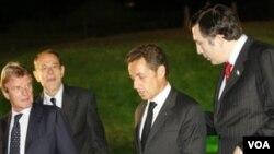 Presiden Perancis Nicolas Sarkozy (kedua dari kanan) mengakhiri kunjungannya di India dengan sebuah acara memperingati 166 korban serangan Mumbai.