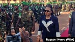 La présidente de la Transition centrafricaine Catherine Samba-Panza rend hommage aux troupes de l'Union Africaine, le 13 septembre 2014 au camp Mpoko de Bangui, RCA.