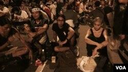 大批聲援學生的香港市民在政府總部附近的添美道馬路靜坐 (美國之音 湯惠芸攝)