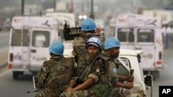 Binh sĩ gìn giữ hòa bình LHQ tuần tra trên đường phố ở thủ đô Abidjan, Bờ Biển Ngà (2011)