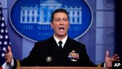 도널드 트럼프 대통령의 주치의인 로니 잭슨 박사가 16일 백악관 정례 기자회견에서 발언하고 있다.
