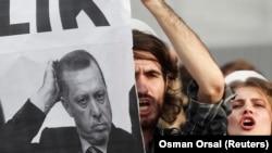 Mahasiswa memprotes Dewan Pendidikan Tinggi Turki dalam sebuah demonstrasi di Istanbul. (Foto: Dok)