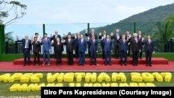 Presiden Joko Widodo berfoto bersama pemimpin negara kerjasama ekonomi Asia Pasifik (Asia Pacific Economic Cooperation, APEC) di Da Nang, Vietnam, Sabtu, 11 November 2017.