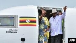 Le président ougandais, Yoweri Museveni et la Première Dame, Janet Museveni dans l'avion nouvellement acquis de la compagnie Uganda Airlines Bombardier CRJ900 sur la piste de l'aéroport d'Entebbe, à la périphérie de Kampala, le 23 avril 2019.