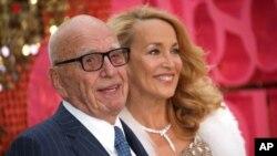 Rupert Murdoch es un australiano nacionalizado estadounidense que vive en Reino Unido.