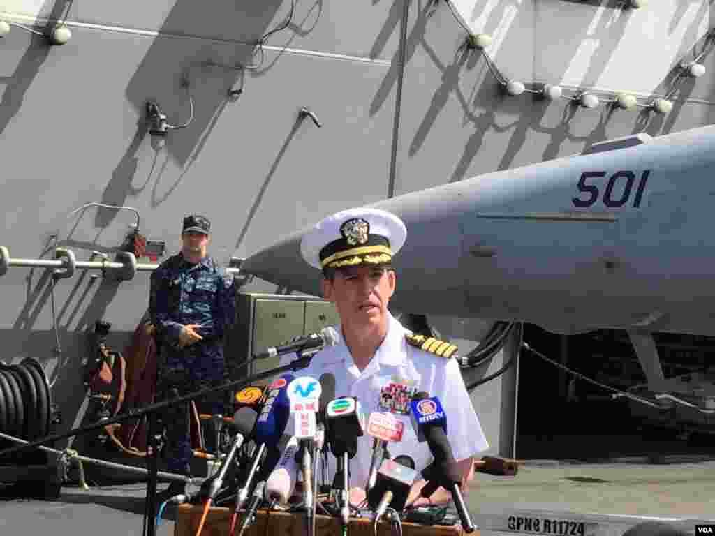 """""""里根號""""航母打擊群指揮官馬科.達爾頓海軍少將對登艦參訪的媒體記者講話(2017年10月2日)。他表示,這是他1990年以來第5次訪問香港,而""""里根號""""等能停靠香港,表明香港致力於開放和透明,以及美中關係的重要性。達爾頓說,很多年輕水手都是首次來港,對訪問香港感到興奮。這是兩年來美國航空母艦首次訪問香港。北京2016年4月曾拒絕美國海軍""""約翰.C.斯坦尼斯號""""航母停靠香港,當時美中兩國關係因南中國海問題一度惡化。"""
