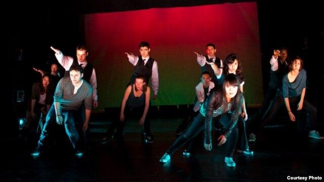 Mai Thi (đứng đầu) cùng nhóm nhảy Hiphop tại một cuộc biểu diễn nhảy Hiphop ở trường MIT, Boston