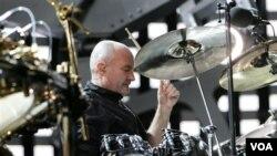 De 1970 a 1996 fue el baterista del grupo de rock británico Génesis.
