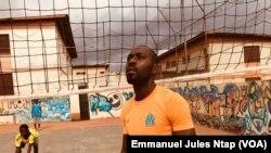 William Ondo, dirige une séance d'entrainement au stade ce messa, à Yaoundé, le 10 août 2019. (VOA/Emmanuel Jules Ntap)