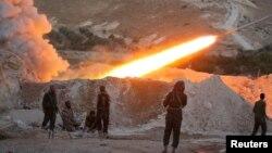 Para pemberontak dari Lasykar Pembebasan Suriah menembakkan roket dari kota Halfaya, provinsi Hama ke arah posisi pasukan Suriah pendukung Presiden Bashar al-Assad (foto: ilustrasi).