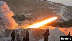 """Azad Suriya Ordusunun döyüşçüləri Əsəd qüvvələrini """"Qrad"""" tipli raketlərdən atəşə tutur"""